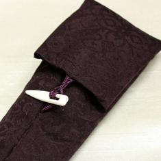 留め具とアラベスク調のジャガードが高級感とモダンな印象を与えます。