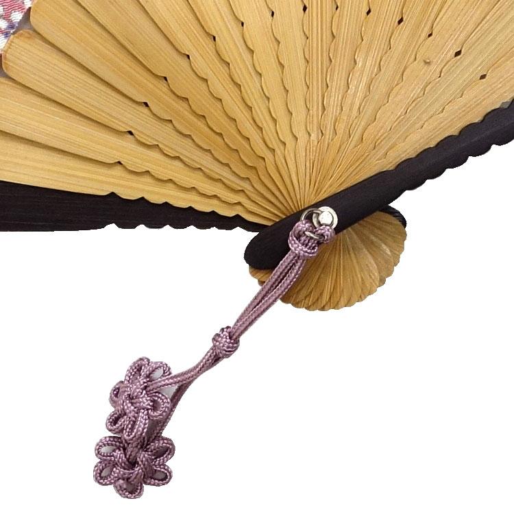 組みひもで作られた小花のチャームが可愛らしく手元で揺れます