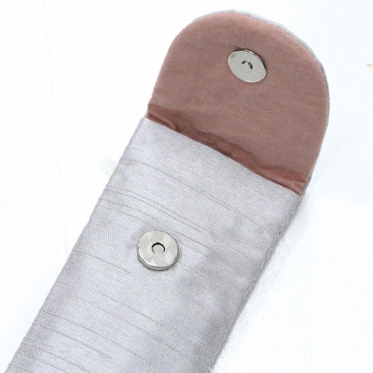 扇子袋は取り出しやすいマグネットボタン