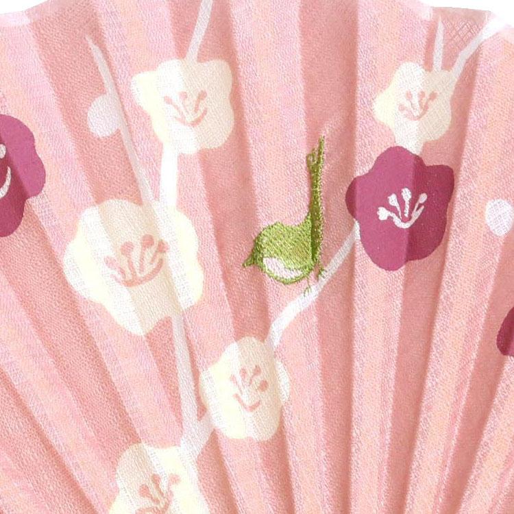 花柄のプリントに、刺繍で描かれた模様が立体感をプラスします。