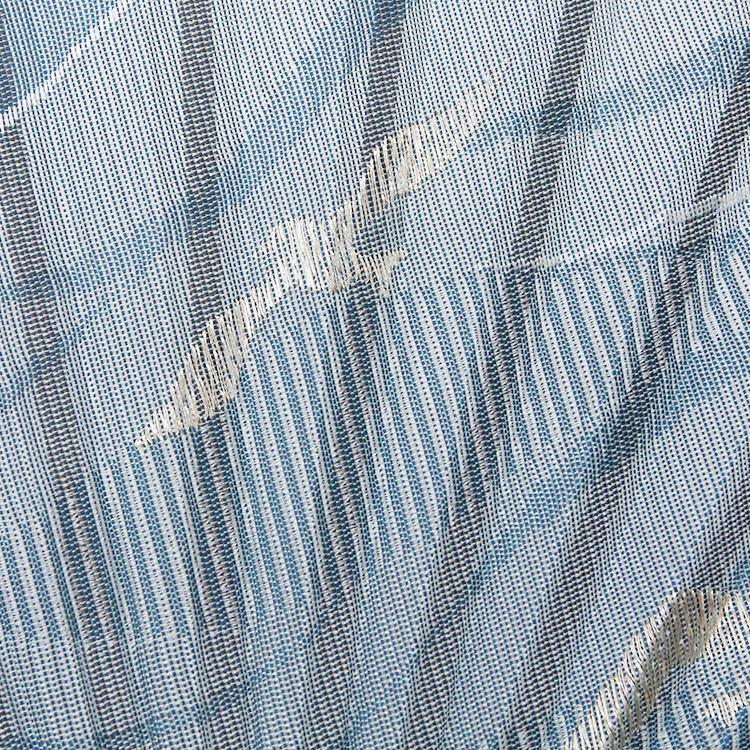 経糸は深い青、横糸は白で織り上げ、涼しげな波の模様を表現しました。<br>ポイントの貝殻とカモメは上品な銀糸を使用しました。