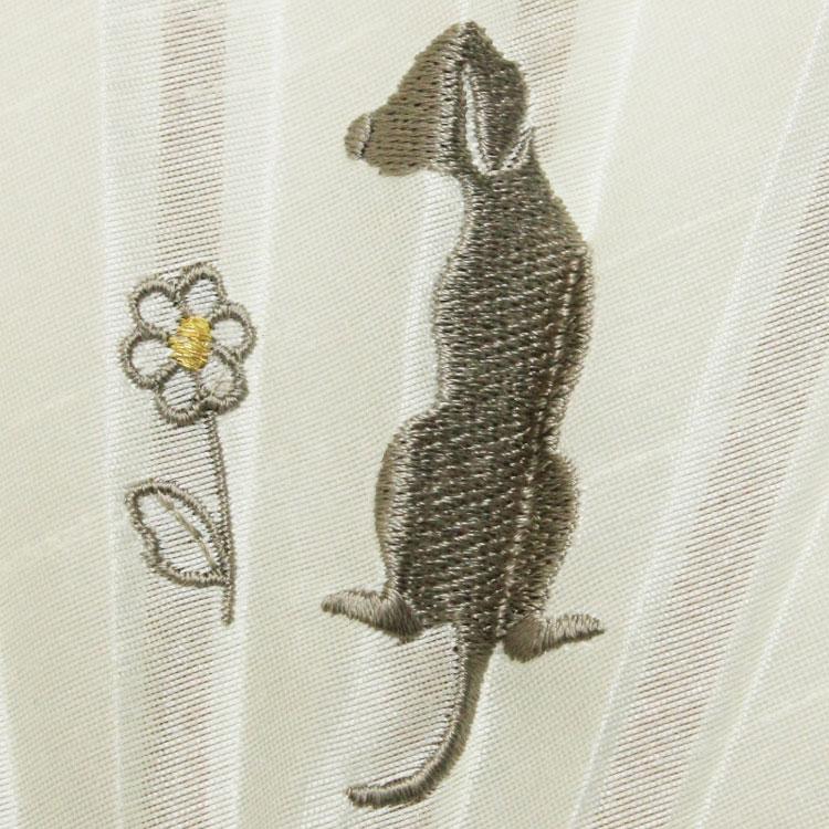 犬とマーガレットの刺繍が愛らしい扇面です。