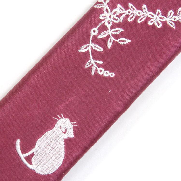 扇子袋にもかわいいネコの刺繍。
