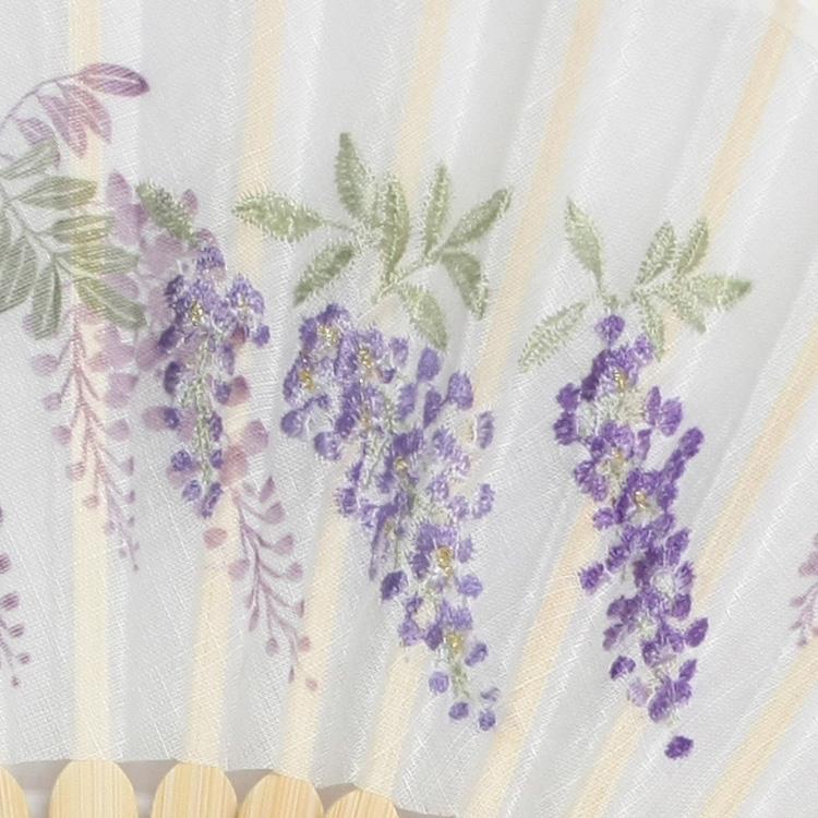 扇面は複数の糸を使いグラデーションで描いた花です。