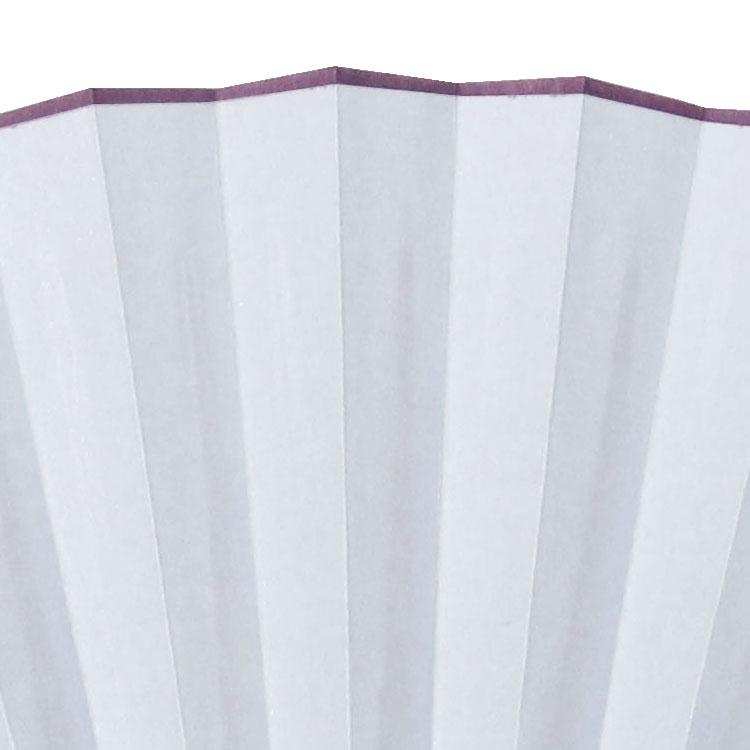うっすらとパール引きされた扇面の上部には、色分金加工が施されています。