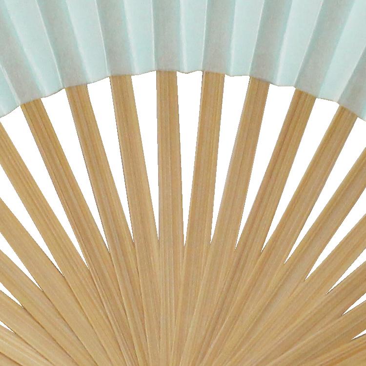 扇骨は親骨、仲骨ともに温かみのある白竹です。