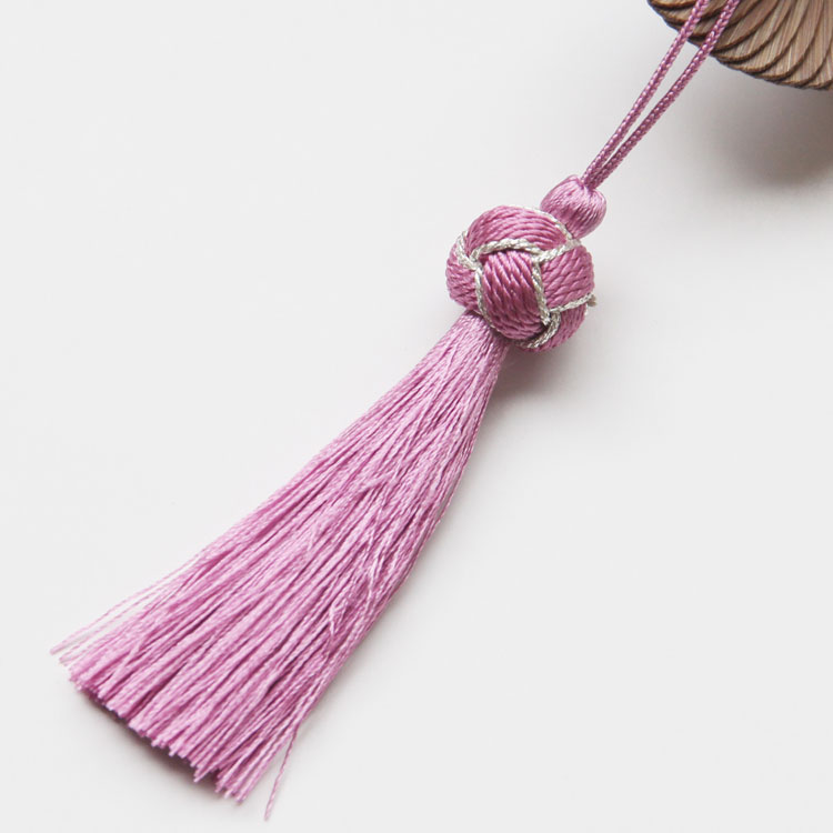 正絹のタッセルは、鞠のようなぼんぼりが付いています。