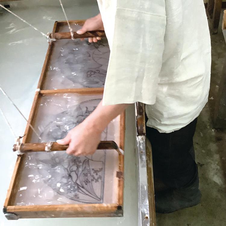 京都・黒谷の職人が一枚一枚手漉きで扇面の和紙を作ります。