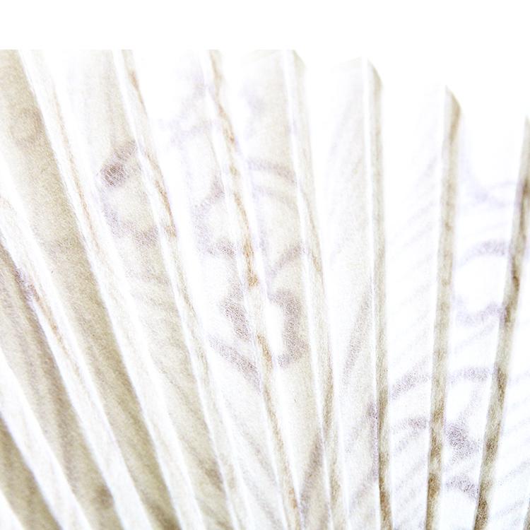 漉き上がった和紙の裏面をシルクで補強した扇面。