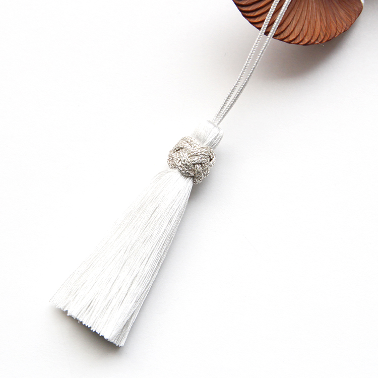扇面に合わせて白に統一された正絹のタッセルです。