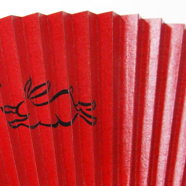 扇面には柿渋を感度も塗り重ねる事により、独特のツヤと強度が生まれます。
