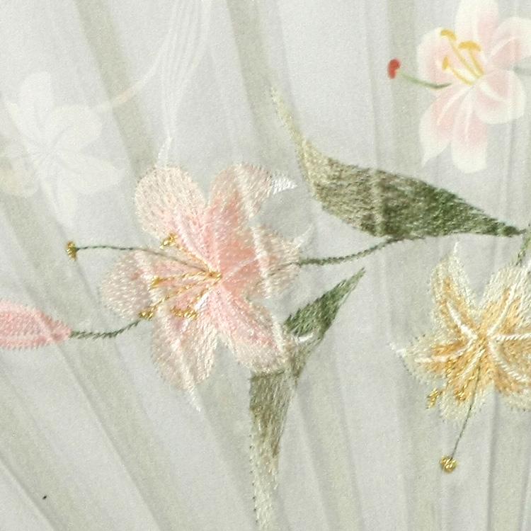 シルク生地にプリントされた優しい色合いの花と、細やかな刺繍で立体感をプラスしました。