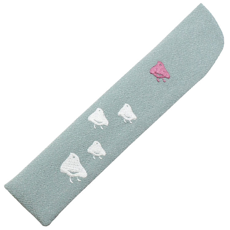扇子袋はちりめん生地に、細やかな刺繍で千鳥が表現されています。