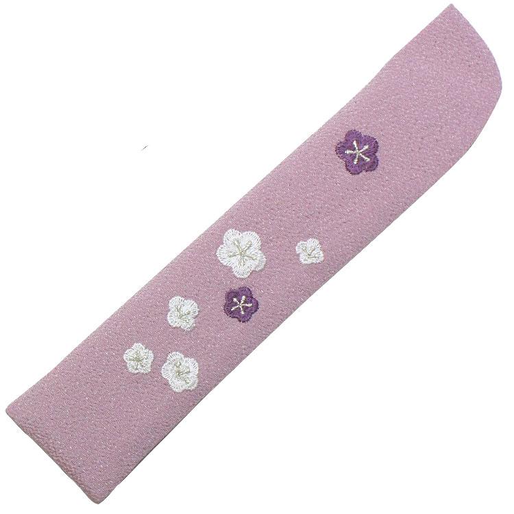 扇子袋はちりめん生地に、細やかな刺繍で小梅が表現されています。