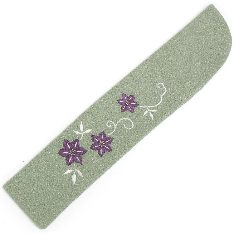 扇子袋はちりめん生地に、細やかな刺繍でそばぼうろが表現されています。