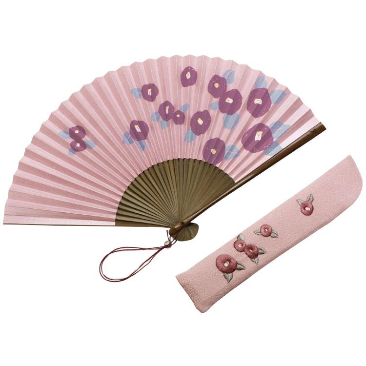 パール引きされた紙に、色合い豊かな椿柄が施されています。