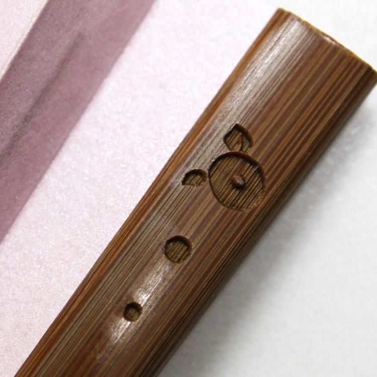 椿柄の半彫り加工を施した親骨です。