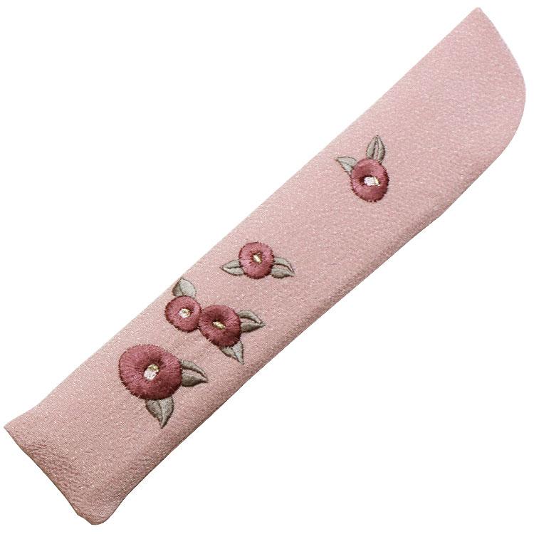 扇子袋はちりめん生地に、細やかな刺繍で椿が表現されています。