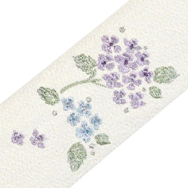 扇子袋には丁寧な刺繍で花を描きました。