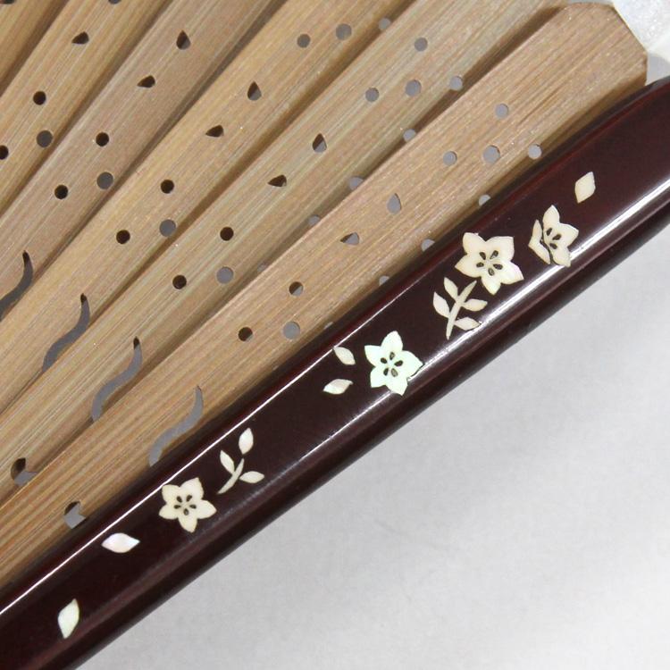 つややかな塗りの親骨には繊細な螺鈿(らでん)細工が施されています。