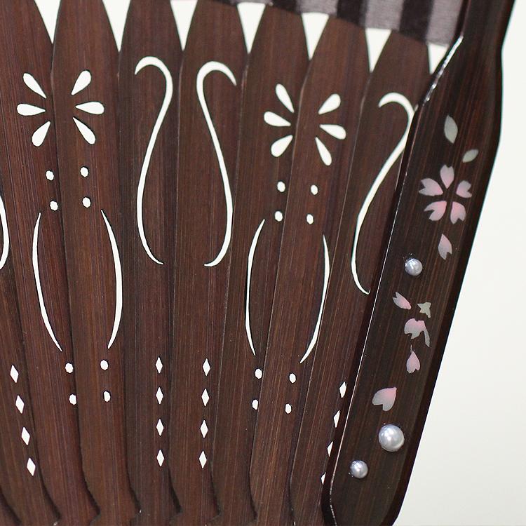 親骨には半球パールとそれぞれの花模様がペイントされ、仲骨には繊細な透かし彫り加工が施されています