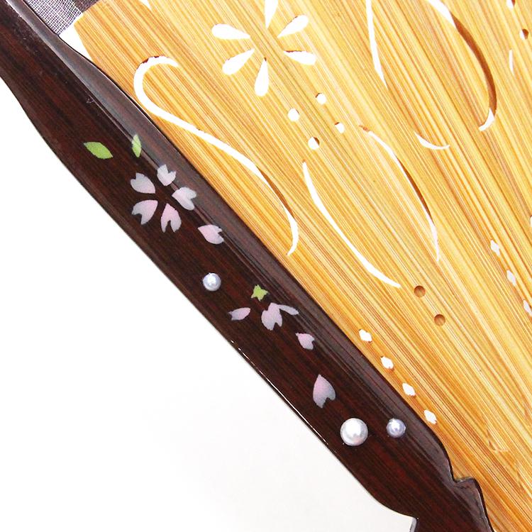 親骨には半球パールとそれぞれの花模様がペイントされ、仲骨には繊細な透かし彫り加工が施されています。