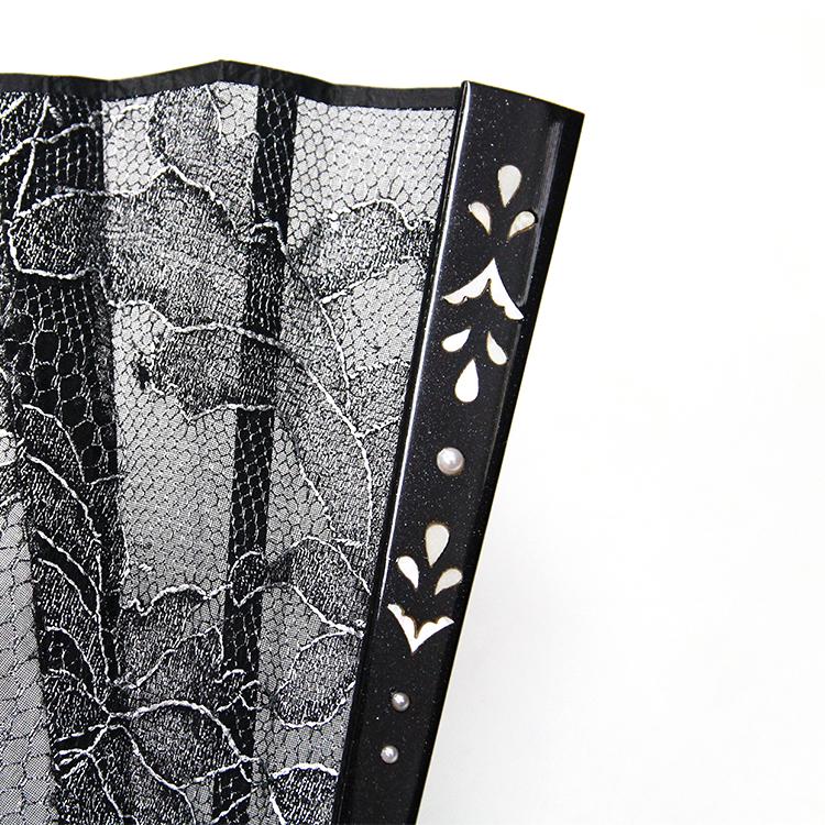 パールと螺鈿で装飾された親骨には微粒子のラメがきらめきます。