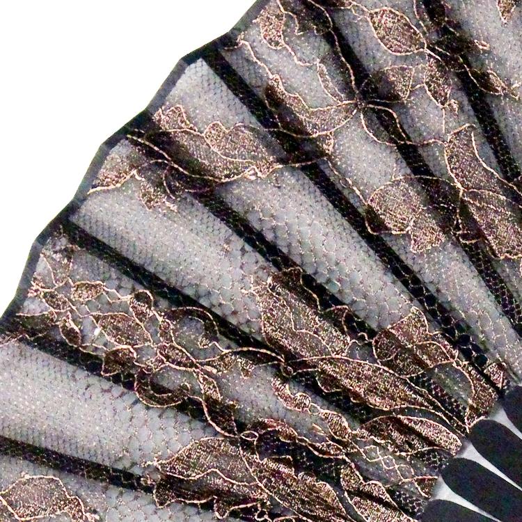 独特の製法で箔を圧着させ、レースの繊細な柄をより立体的に際立たせています。