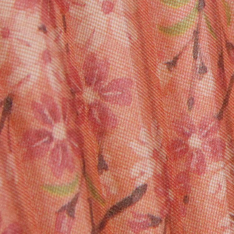 和紙に花を描き、その上から薄手の絹を貼り高級感を演出しました。