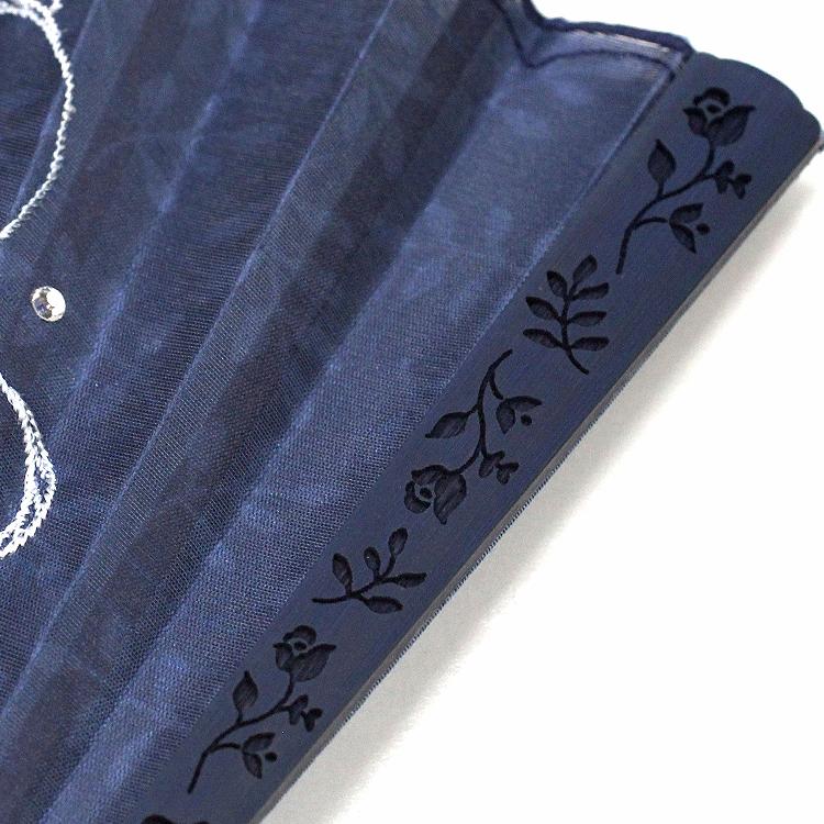 親骨には扇面の刺繍と同じイメージの模様が半彫りされています。