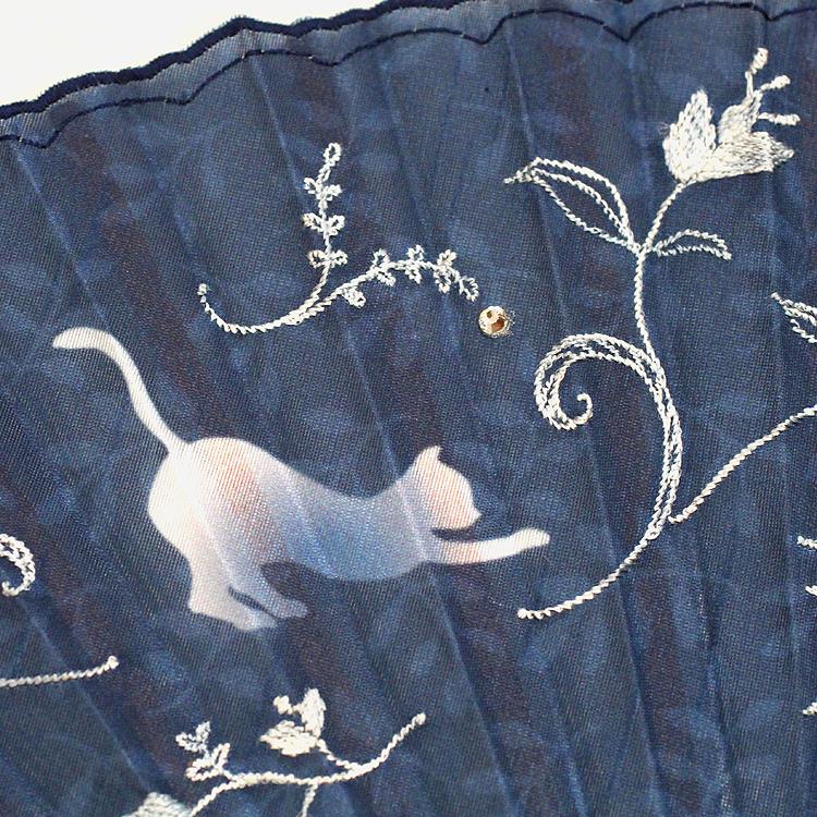 扇面の縁取りはフリルのような曲線で女性らしい印象に。刺繍はグラデーションの糸を使用していますので、1本1本色の出方が変わります。