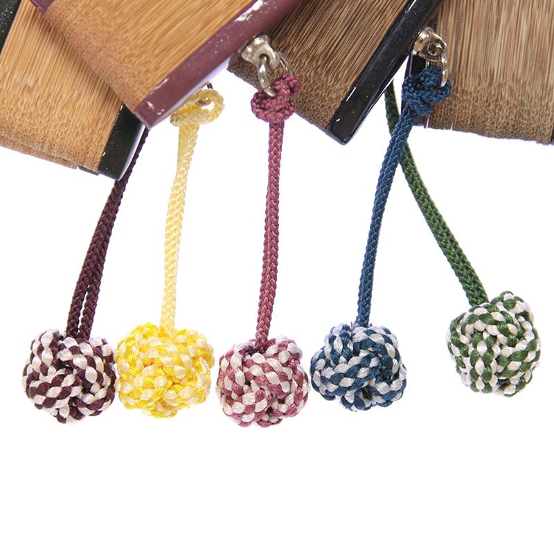 ころんとした形が可愛らしい正絹の組み紐のチャーム付きです。