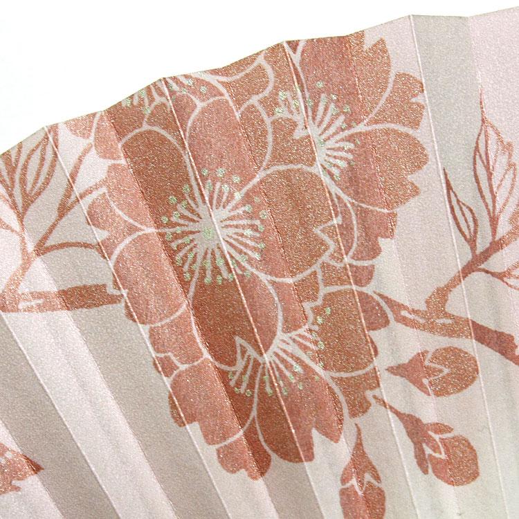 扇面にはほんのりとラメがきらめく八重桜が表現されています。