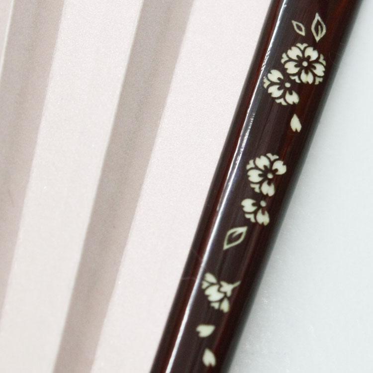 艶やかな塗りの親骨には美しいな螺鈿象嵌(らでんぞうがん)が施されています。