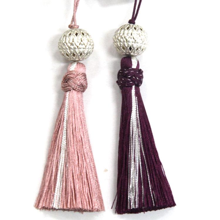 一部に銀糸を使用した、高級感のある正絹のタッセルです。