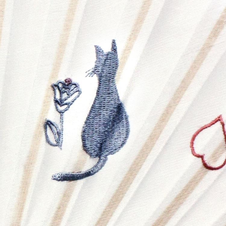 ネコとバラの刺繍が愛らしい扇面です。