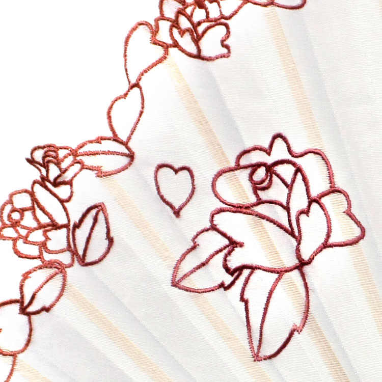 扇面の縁は波状にカットされ、縁取りにもバラの刺繍が施された繊細な仕上がりです。
