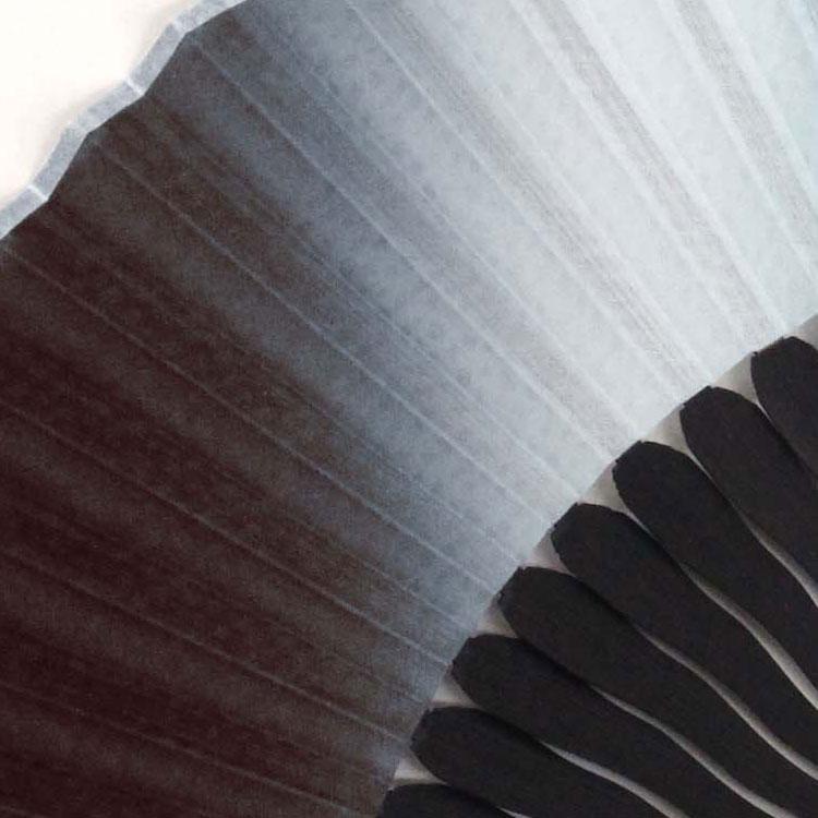 光によって色が変化し陰影立体感が浮き出てくる伝統的な染色技法を施しています。