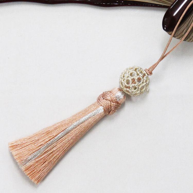 シルバーの透かしパーツと銀糸がアクセントになった正絹タッセルとの組み合わせ。