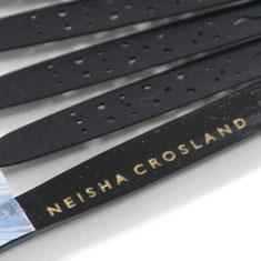 黒の艶塗りの親骨には、「NEISHA