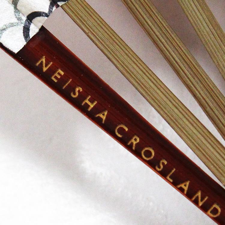 扇面に合わせた深みのある色の艶塗りの親骨には、「NEISHA