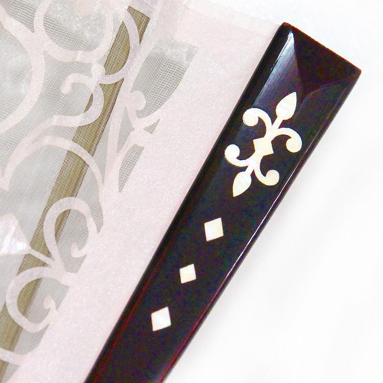 艶やかな光沢のあるタメ塗の親骨に高級感のある螺鈿(らでん)装飾を施しました。