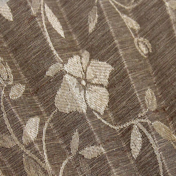 扇面はジャガード織で花の模様が浮かび上がるように描かれています
