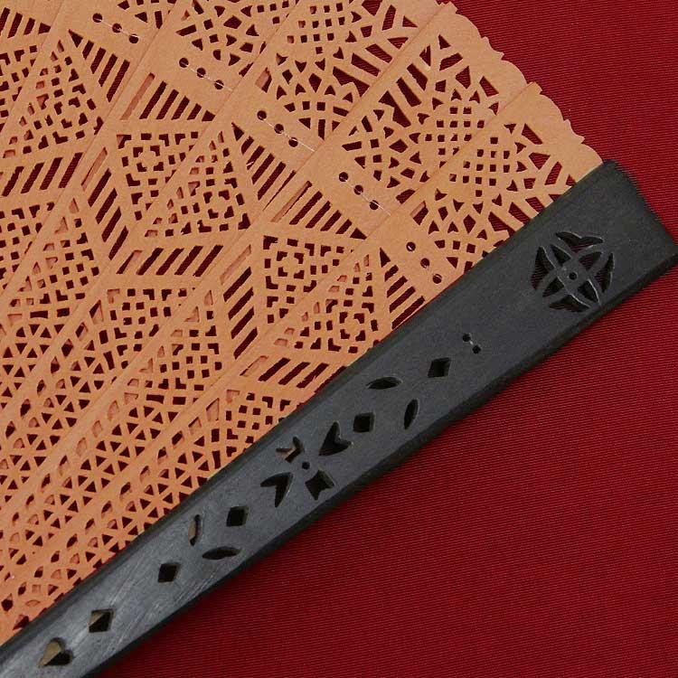 親骨は耐久性に優れた黒檀を使用しています。