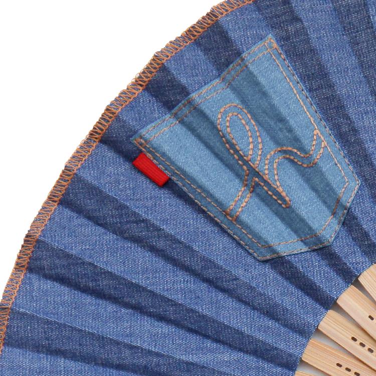 扇面と扇子袋にジーンズのポケットをイメージした刺繍を施し、かわいらしさをアピール。