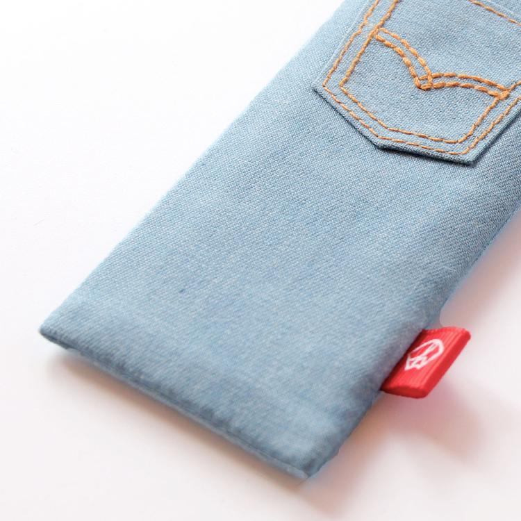 扇子袋は扇面と同じ生地を使用しかわいいポケットを縫い合わせています。赤のネームタグ付きです。