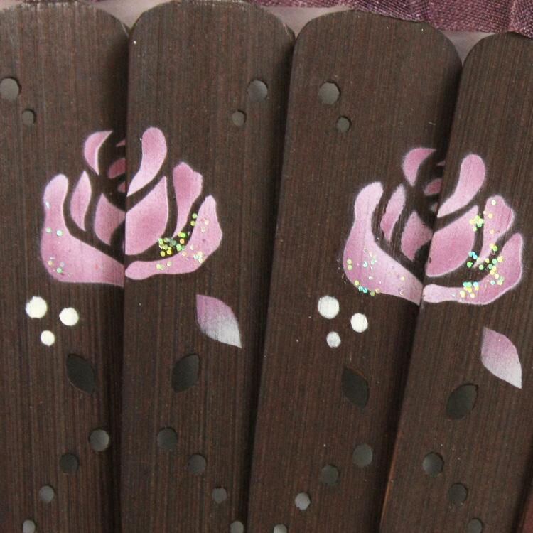 職人が、一つ一つ丁寧に描き上げた優艶なローズ。花びらの先にほんのりラメをのせました。