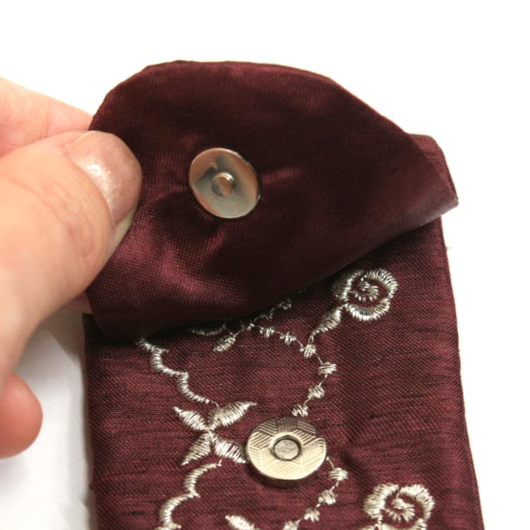 扇子袋はフタ付きのマグネットタイプ。