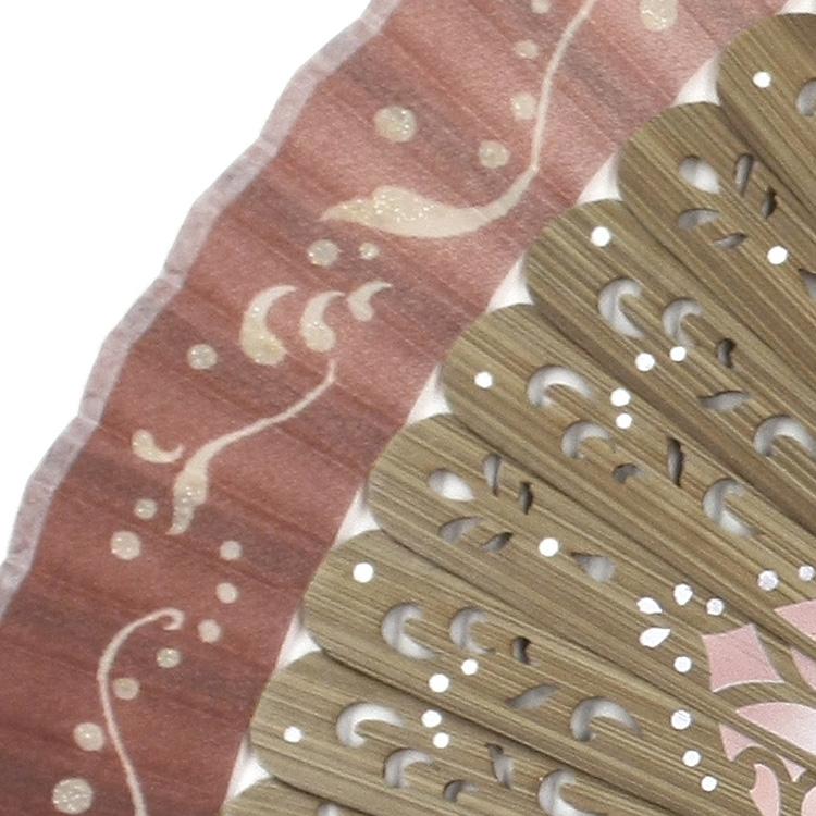 プリントされたシルク生地の扇面には、ポイントにグッリッターのラメを施し、きらびやかな雰囲気に。