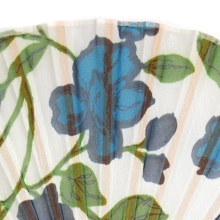 花柄を透かし出したオパール加工による扇面。
